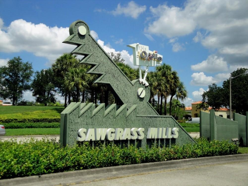 Los shoppings con los mejores precios son los Outlets, los más cercanos a Miami son el Dolphin Mall en la zona del aeropuerto y el Sawgrass Mills unos 40 minutos al norte. El Sawgrass Mills ofrece una imperdible cuponera a sus clientes a un costo de 10 dólares.